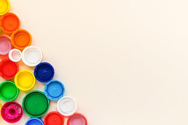 Много различных красочных пластиковых крышек фон с копией пространства. концепция утилизации