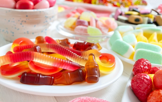 과일 맛이 나는 다양한 색색의 맛있는 쫄깃한 사탕. 확대