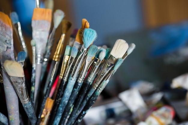 아티스트 작업 공간의 다양한 페인팅 브러시