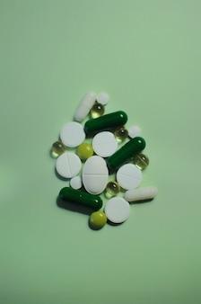緑のテーブルの多くの異なる錠剤covid19に対する薬