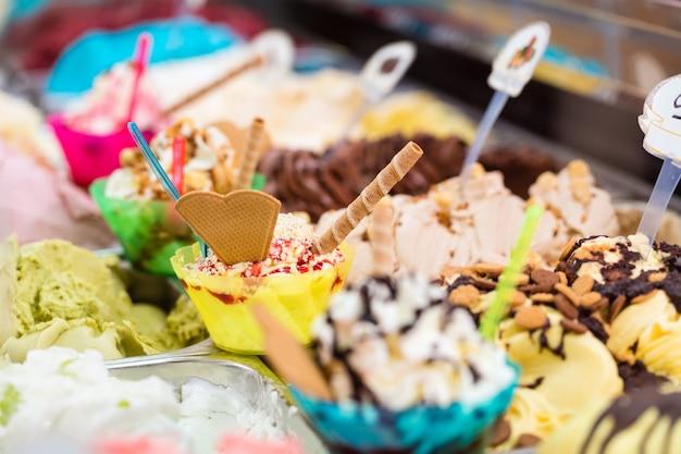 아이스크림 가게에서 아이스크림과 콘을위한 다양한 종류의 얼음