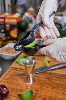 수제 소스를 만들기위한 다양한 향신료, 야채 및 재료, 신선한 허브.