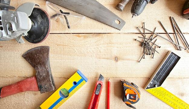 Много разных инструментов для столярного дела и строительства
