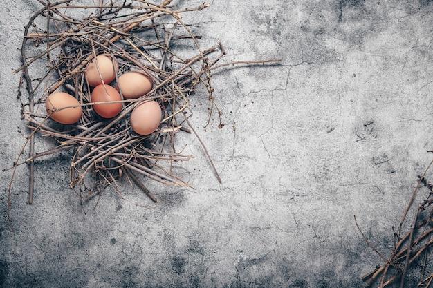 Много яиц в гнезде на камне, деревенский стиль, ингредиенты для завтрака
