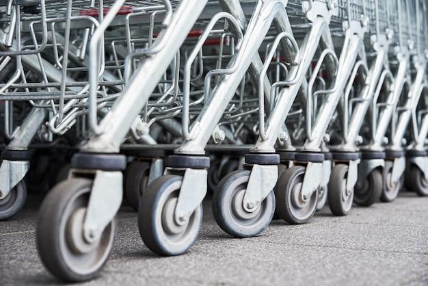 Многие пустые тележки для покупок на парковке магазина