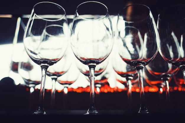 多くの空のワイングラス