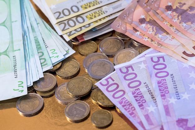 동전과 많은 유로 지폐. 금융 개념