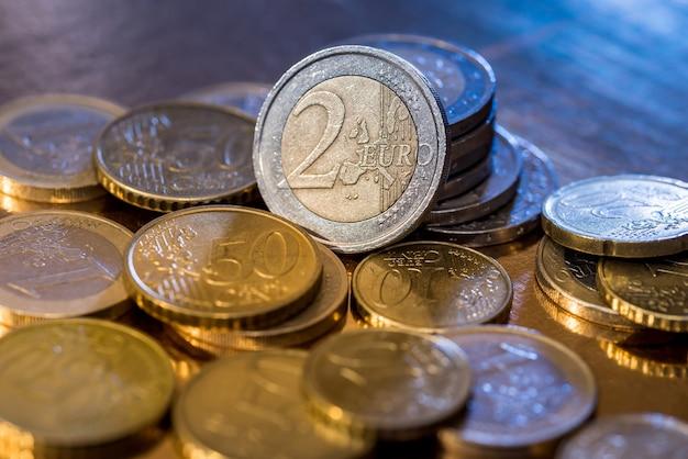 金に分離された多くのユーロ硬貨がクローズアップ