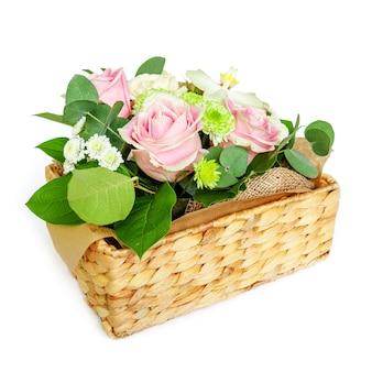 흰색 표면에 바구니에 많은 꽃. 장식,