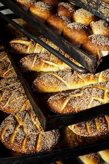 パン屋でごまを使った焼きたてのパンの多くの形