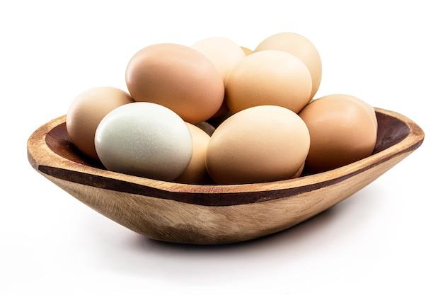 木製のボウルに多くの放し飼いの卵、卵は白い背景を分離しました