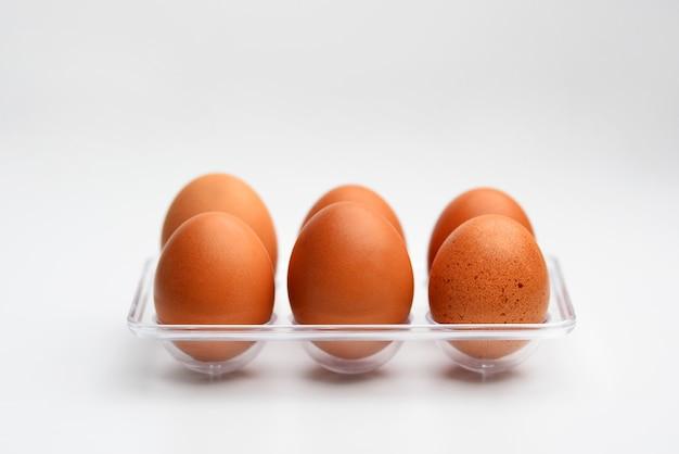Многие свежие яйца пищевой ингредиент, изолированные на белом фоне