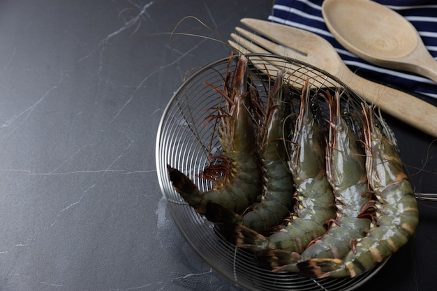 Many fresh shrimp are ready to cook.