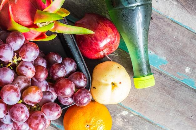 多くの果物とジュースのボトル