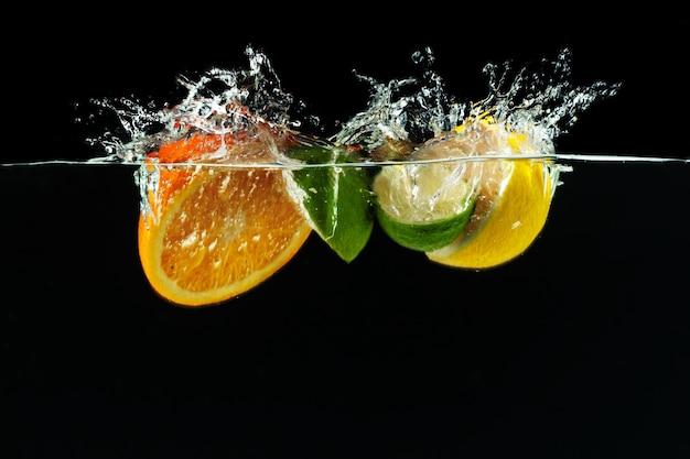 多くの果物が水に飛び散る