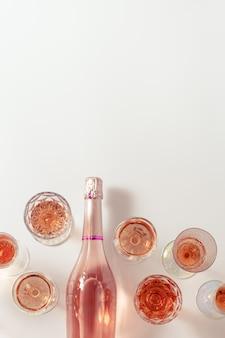 많은 장미 와인 잔과 스파클링 핑크 와인 상위 뷰 파티를위한 가벼운 알코올 음료