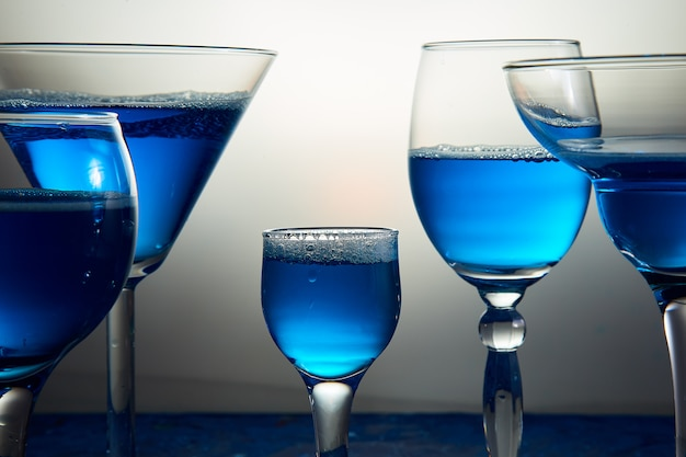블루 샴페인 또는 칵테일 많은 안경.
