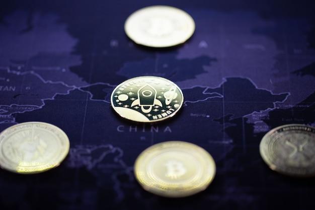 Многие золотые криптовалюты, биткойны лежат в мире, важны для будущего глобального мира