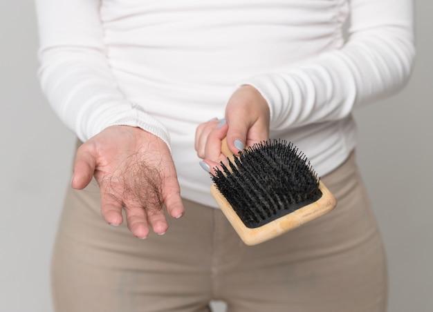 ヘアブラシでとかした後、多くの髪が落ちる。