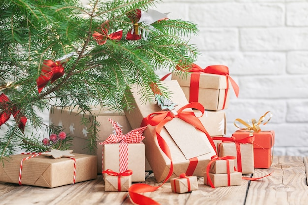 モミの木の下にたくさんの手作りのクリスマスギフトボックス。