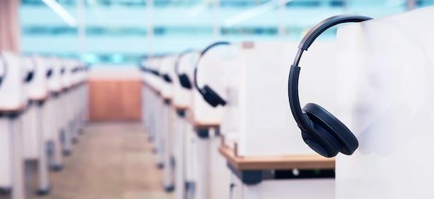 온라인 언어 교실에있는 많은 헤드폰.
