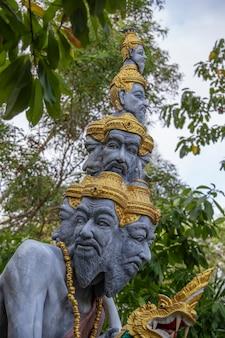 불교 사원, 태국, 섬 사무이, 동남 아시아 근처 거리에 많은 머리 동상을 닫습니다