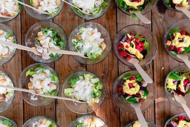 미식 축하 행사에 손님을 위해 준비된 많은 건강식 스낵 그릇.