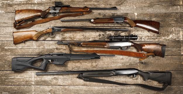 풍화 나무 표면에 많은 사냥 소총