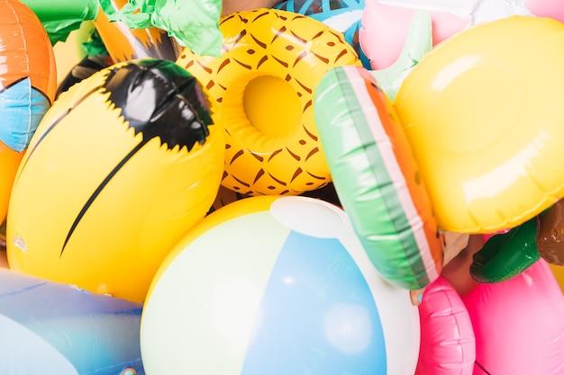 Множество надувных лодок для надувных бассейнов разных форм и цветов.
