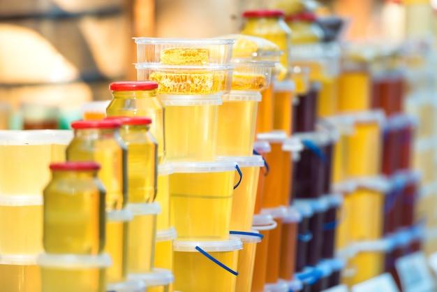 農場市場で蜂蜜と多くの瓶