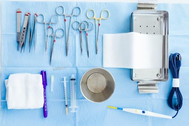 많은 종류의 의료 기기가 수술실에서 수술을 시작하기 위해 외과 의사를 관리합니다.