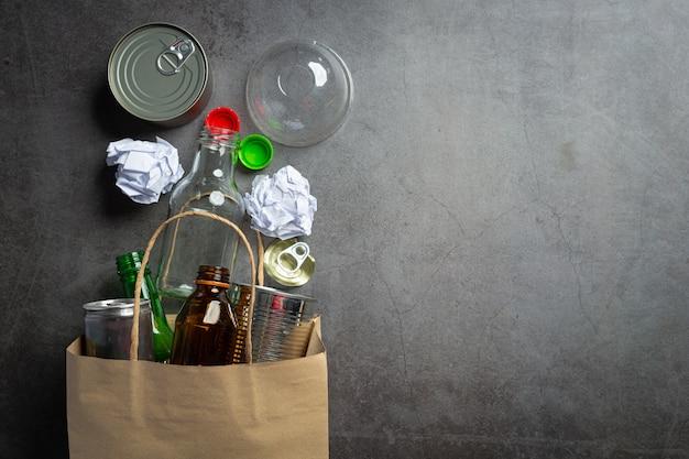 Molti tipi di spazzatura venivano raccolti sul pavimento scuro.