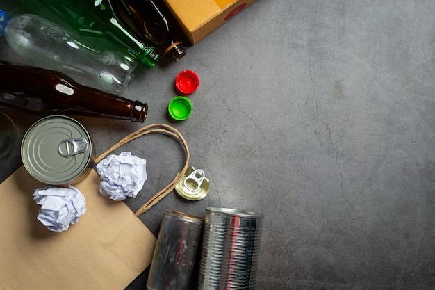 Molti tipi di spazzatura erano sparsi sul pavimento scuro.