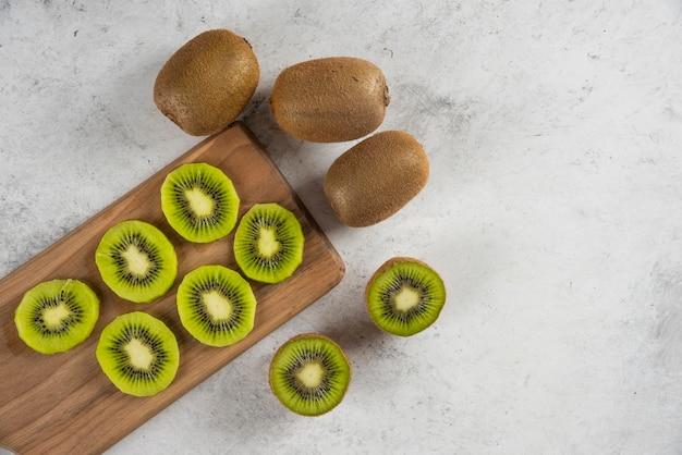 Molti di kiwi frutta fresca su tavola di legno.