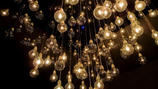 Множество лампочек, которые вместе с кабелями опускаются с потолка, создают неповторимую оптическую иллюзию.