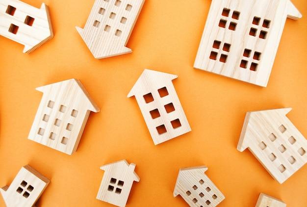Множество миниатюрных деревянных домов концепция недвижимости покупка и продажа жилья аренда ставки по ипотеке