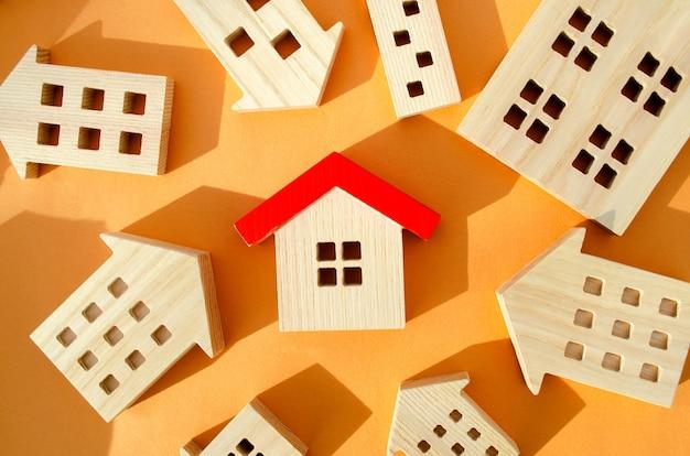 Множество миниатюрных деревянных домов концепция недвижимости выбираем доступное жилье