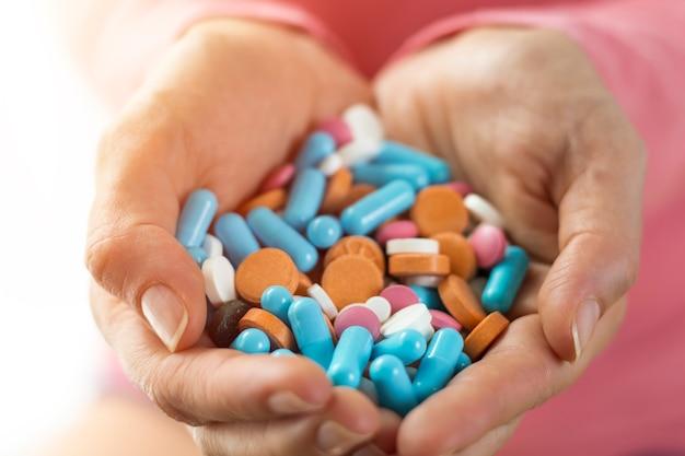 Многие смешанные таблетки и капсулы находятся в руках женщин.