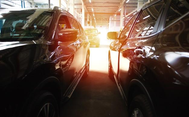 많은 현대적인 아름다운 자동차가 쇼핑 센터나 쇼핑몰의 주차장에 주차되어 있습니다
