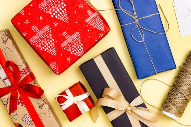 노란색 배경에 많은 멀티 선물. 위에서 봅니다. 선물 포장.