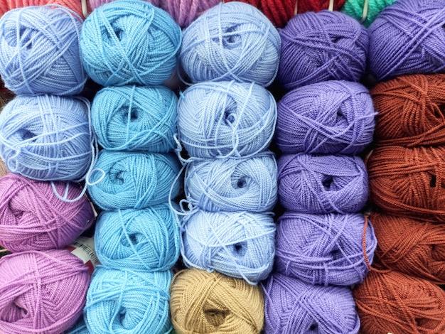 Много разноцветных шерстяных мотков рядом друг с другом