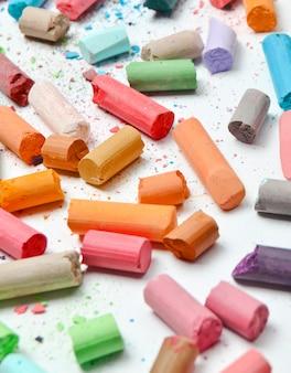 Много разноцветных пастельных мелков