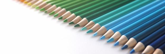흰색 배경 근접 촬영에 무지개 색으로 누워 많은 여러 가지 빛깔된 연필