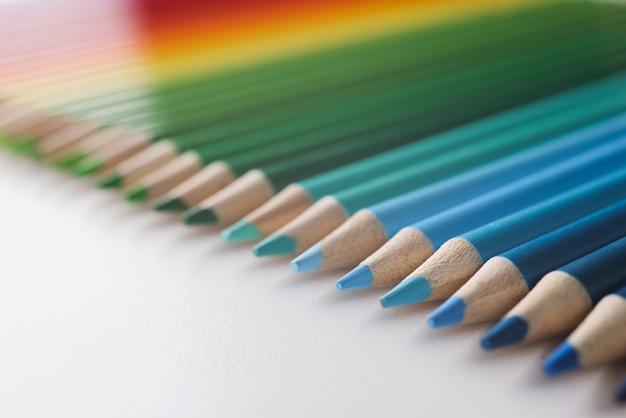 흰색 배경에 무지개의 색상에 누워 많은 여러 가지 빛깔의 연필