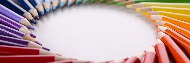 원형 근접 촬영의 모양에 누워 많은 여러 가지 빛깔된 연필