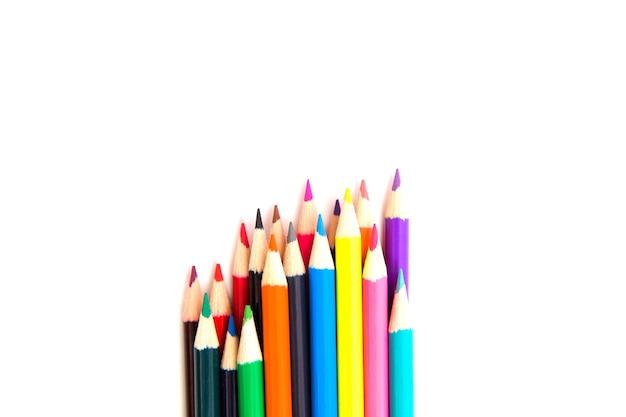 白い紙にたくさんの色とりどりのペンシル。学校に行く準備ができました。スペースをコピーします。上面図。
