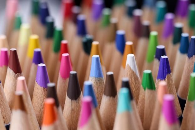 多くの色とりどりの鋭い木製の鉛筆のクローズ アップ