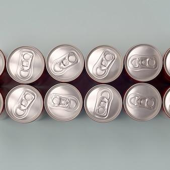 Много новых алюминиевых банок безалкогольных напитков или энергетических контейнеров. концепция производства напитков и массовое производство