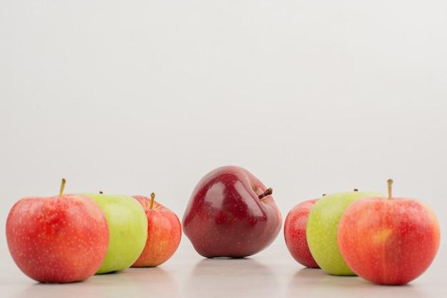 白い背景の上のさまざまなリンゴの多く。