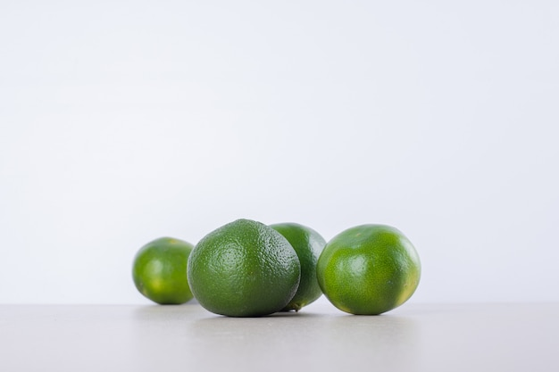大理石の表面に緑のタンジェリンの多く。